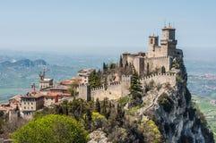 De Guaita-vesting (Prima Torre) is de oudste en beroemdste toren op Monte Titano, San Marino Stock Afbeelding