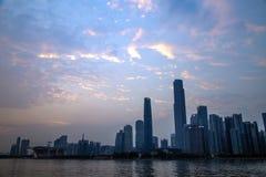 De Guangzhoustad, het Metro CBD van de Parelrivier handelscentrum, vóór de zon ging onderaan de kleur van de hemelwolken Royalty-vrije Stock Foto