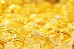 De guld- armbanden Royaltyfria Bilder