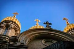 De guld- kupolerna av den ryska ortodoxa kyrkan av St Elizabeth royaltyfri foto