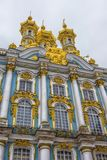 De guld- kupolerna av slotten för Catherine ` s på en vinterdag i Pushkin, St Petersburg, Ryssland Arkivfoton