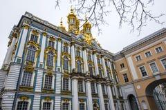 De guld- kupolerna av slotten för Catherine ` s på en vinterdag i Pushkin, St Petersburg, Ryssland Arkivbild