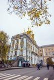 De guld- kupolerna av slotten för Catherine ` s på en vinterdag i Pushkin, St Petersburg, Ryssland Royaltyfria Bilder
