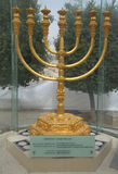 De guld- menororna som lokaliseras i den judiska fjärdedelen i den gamla staden av Jerusalem Royaltyfri Bild
