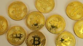 De guld- mynten av bitcoins ligger kaotiskt på tabellen Rörelsekameraglidare Blockchain är teknologin av lager videofilmer