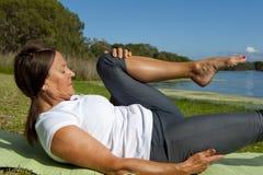 De gymnastiek- oefeningen van de vrouw Stock Fotografie