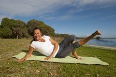 De gymnastiek- oefeningen van de vrouw Stock Foto's