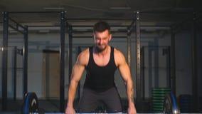 De gymnastiek zwaargewicht opheffende bar van de Crossfitgeschiktheid door sterke mensentraining stock footage