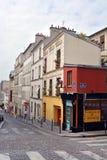 De härliga byggnaderna & lägenheterna av Monmatre, Paris Frankrike Arkivbilder