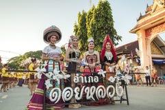 De härliga flickorna som den bärande hilltribeklänningen i ståtar för främjade 46th Thailand nationella lekar fotografering för bildbyråer
