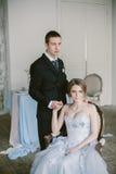 De härliga nyligen-att gifta sig paren brud- mode Royaltyfri Bild