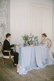 De härliga nyligen-att gifta sig paren brud- mode Royaltyfria Foton