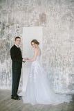 De härliga nyligen-att gifta sig paren brud- mode Fotografering för Bildbyråer