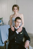 De härliga nyligen-att gifta sig paren brud- mode Arkivfoton
