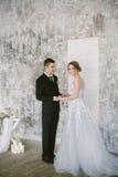 De härliga nyligen-att gifta sig paren brud- mode Arkivbilder
