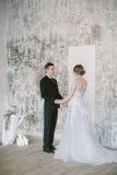 De härliga nyligen-att gifta sig paren brud- mode Arkivbild