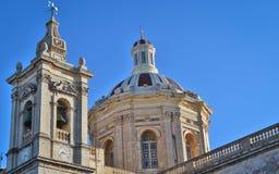 De härliga paren av gamla Sts Paul kyrka med klockor och så många detaljer i rabat, malta på en solig dag royaltyfri bild