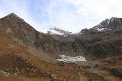 De härliga spåren på stora berg i kashmir under molnig himmel royaltyfri foto