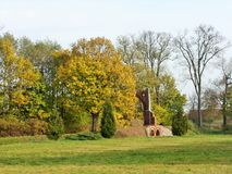 De härliga träden i parc med den gamla porten Arkivfoto
