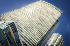 De höga löneförhöjningbyggnaderna i centrum arkivfoto