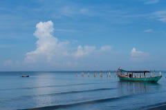 De höga molnen långt ovanför det lugna havet fotografering för bildbyråer