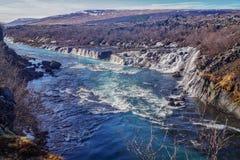 De h?rliga Hraunfossar vattenfallen av Island arkivfoto