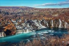 De h?rliga Hraunfossar vattenfallen av Island arkivbild