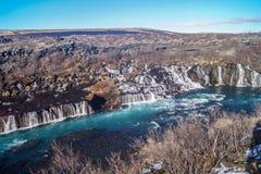 De h?rliga Hraunfossar vattenfallen av Island arkivbilder