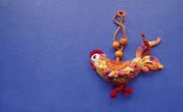 De haan is een symbool van 2017 Met de hand gemaakt decoratiestuk speelgoed op een blauwe houten achtergrond Close-up De Viering  Stock Afbeelding