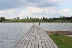 Een pijler bij het meer stock afbeeldingen