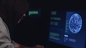 De hakker gaat de virusgegevens in de computer in stock video