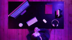 De hakker met kwaad kijkt programing stock videobeelden