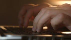 De hakker ` s overhandigt het typen bevelen op laptop toetsenbord stock video