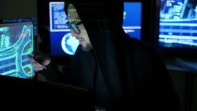 De hakker steelt financiën door Internet, stealing geld met gestolen betaalpas, houwerencomputer, Computercode die nadenken stock videobeelden