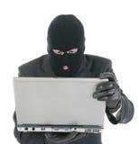 De hakker van de computer - misdadiger met laptop Stock Foto's