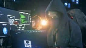 De hakkers werken met laptops in een ruimte, omhoog sluiten stock video