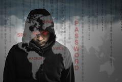 De hakkersprogrammeur kijkt en is dat naar houwerinformatie op zoek en Royalty-vrije Stock Foto