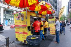 De Halal grabbarna, gatamat i New York City Royaltyfri Foto