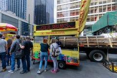 De Halal grabbarna, gatamat i New York City Arkivfoton