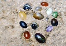 De halfedelsteen burried bij zand Stock Foto's