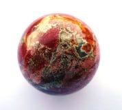De Halfedelsteen van de jaspisbal Glanzend, gelaagd Geïsoleerdj op witte achtergrond stock foto