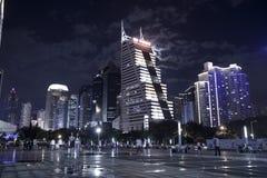 De hallo-stijgingsbouw in stadscentrum bij nacht Stock Afbeeldingen