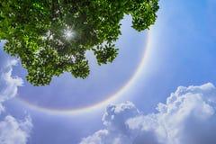 De halo van de onduidelijk beeldzon met wolk Stock Foto's