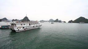 De Halongbaai in Vietnam is een Unesco-erfenis De verbazingwekkende schoonheid van de archipel van de eilanden stock videobeelden