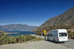 De Hals, gezichtspunt van Meer Wanaka en Meer Hawea, Nieuw Zeeland op hun dichtste punt stock afbeeldingen