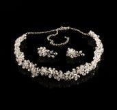De halsband en de oorringen van de diamant royalty-vrije stock afbeeldingen