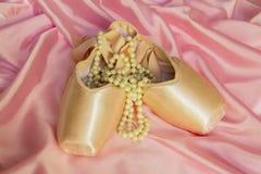 De halsband van de ballet shoesand Parel royalty-vrije stock fotografie