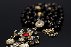 De halsband van de luxemanier op zwarte achtergrond Stock Foto