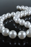 De halsband van de parel op een donkere achtergrond Royalty-vrije Stock Fotografie