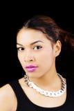 De Halsband Zwarte Achtergrond van de portret Aantrekkelijke Spaanse Vrouw Stock Afbeeldingen